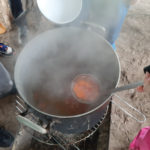 Gemüsesuppe über dem Feuer