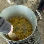 Kartoffeln über dem Feuer